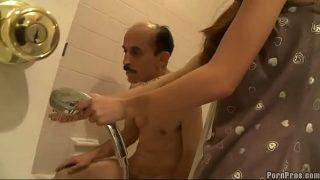 Симпатичная шлюха-брюнетка вынудила получить оргазм на себя любимую обеих мускулистых парней